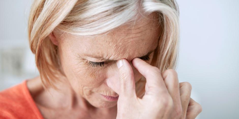 «مشبك» يضغط على الجمجمة.. تعرف على أعراض صداع التوتر