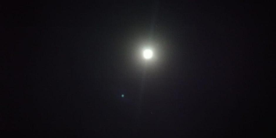في مشهد بديع يزين سماء مصر .. القمر يقترن بكوكب المريخ الليلة