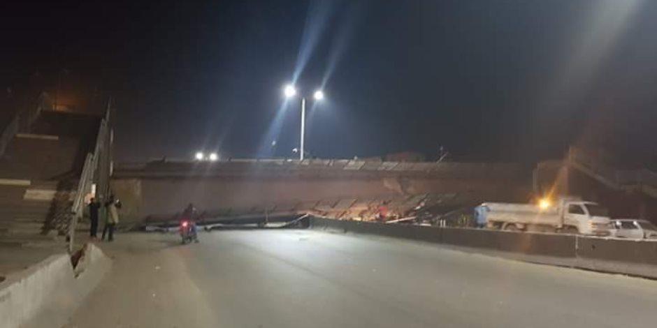 توقف طريق مصر إسكندرية الزراعي بسبب انهيار كوبرى مشاة بطوخ  بعد اصطدام سيارة نقل به (صور)