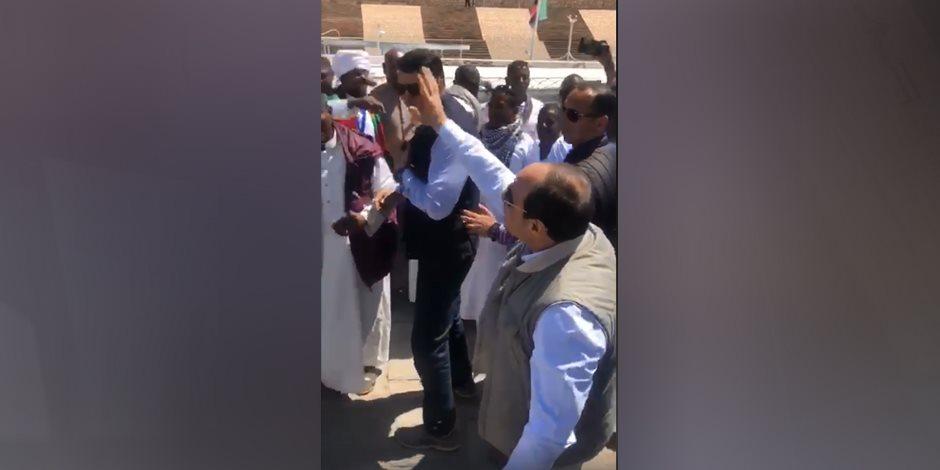 شاهد.. الرئيس السيسي يوقف موكبه لمصافحة أبناء محافظة أسوان