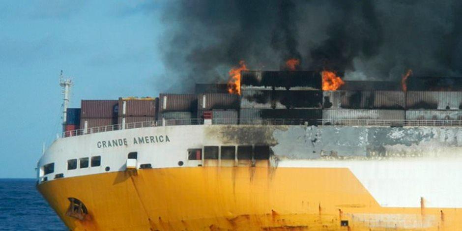 تفاصيل غرق سفينة شحن إيطالية وعلى متنها 2000 سيارة باهظة الثمن (فيديو وصور)