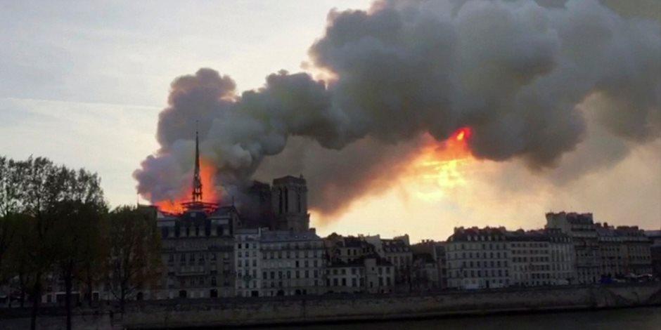 انهيار برج كاتدرائية نوتردام جراء حريق.. النيران تآكل الكنيسة الآثرية (صور)