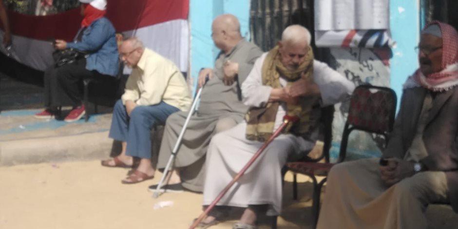 ناخبون ينتظرون موعد فتح اللجان للمشاكة في الاستفتاء على التعديلات الدستورية (صور)