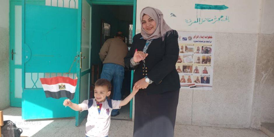 أول مأذونة في مصر والوطن العربي بعد الإدلاء بصوتها: تحيا مصر بجيشها (صور)