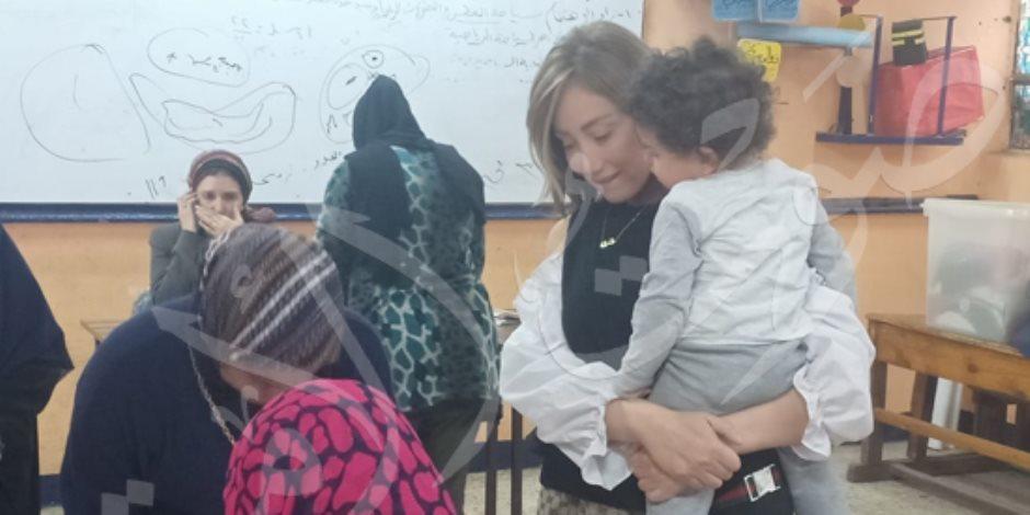 ريهام سعيد بصحبة ابنها أثناء الإدلاء بصوتها على التعديلات الدستورية