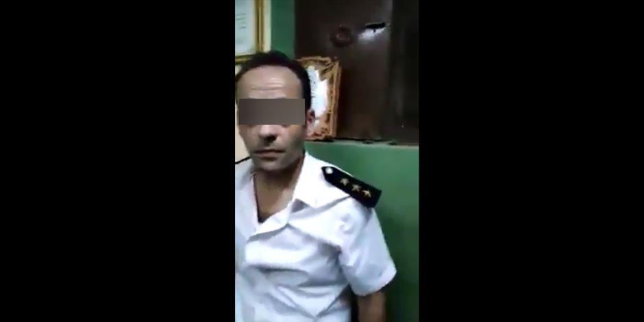 من إحدى عائلات الهرم الشهيرة.. سقوط ضابط مرور مزيف أثناء تنظيمه حركة السيارات في فيصل (فيديو)