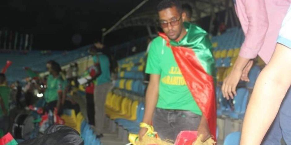 على خطى مصر.. جمهور موريتانيا ينظف مدرجات ستاد السويس (صور)