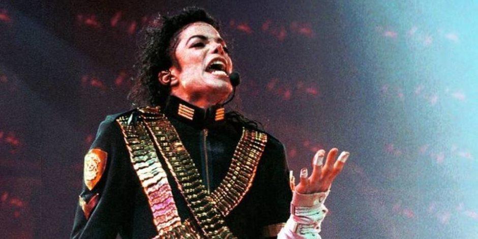 شارة علي ذراعه ولاصقات بيضاء علي أصابعه.. أسرار لم تعرفها عن الراحل مايكل جاكسون