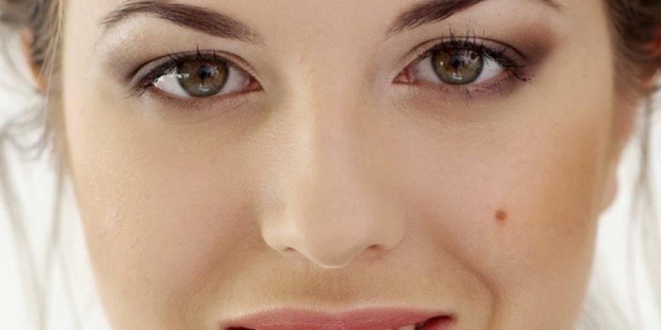 بخطوات بسيطة.. كيف تخفي شامة الوجه؟