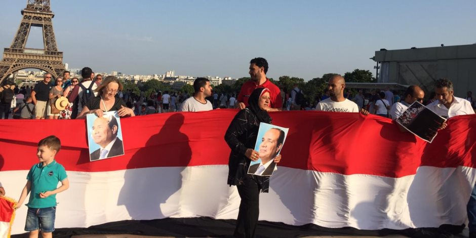 الجالية المصرية بفرنسا تحتفل بالذكرى السادسة لثورة 30 يونيو بالقرب من برج إيڤل (فيديو)