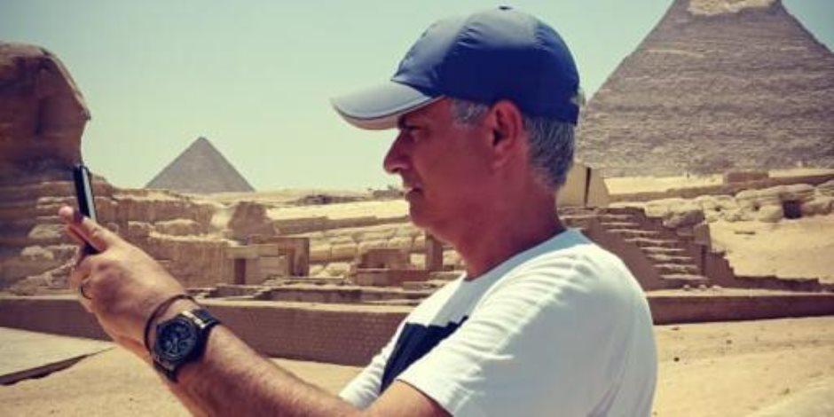 أصيب بعشق الفراعنة.. مورينيو بعد زيارة الأهرامات: سأعود مرة أخرى مع زوجتي (صور)