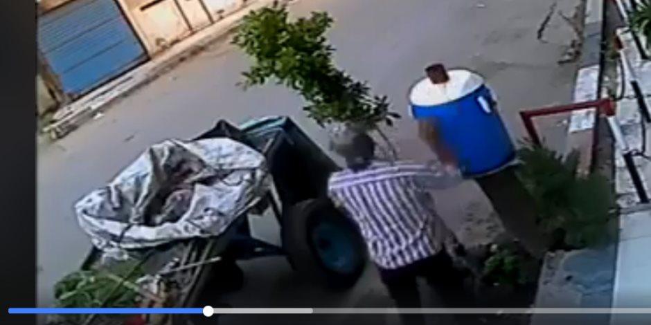 الكاميرا فضحت جريمته.. سائق كارو يسرق «كولمان مياه» في عز الضهر (فيديو)