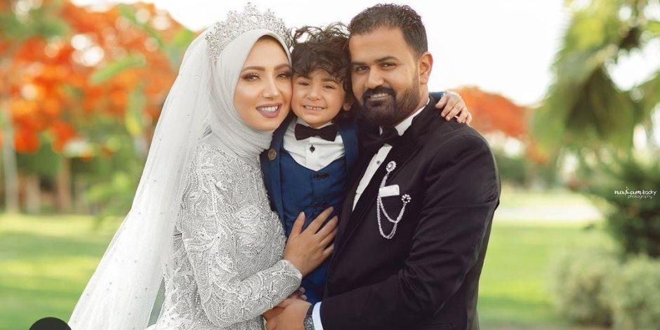 بلوجر تحتفل بعيد زواجها مع ابنها بعد مرور 6 سنوات: بدلة وفستان وجلسة تصوير
