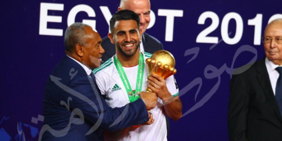 رياض محرز يرفع كأس القارة السمراء.. ويشعل المنافسة على جائزة الأفضل في أفريقيا