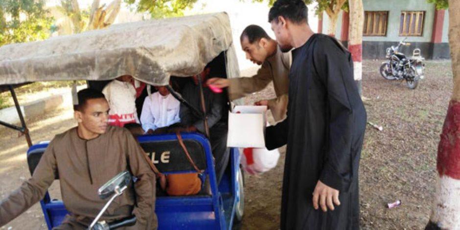 مصر في صورة.. شاب قبطي يوزع الحلوى والبالونات على الأطفال بعيد الأضحى