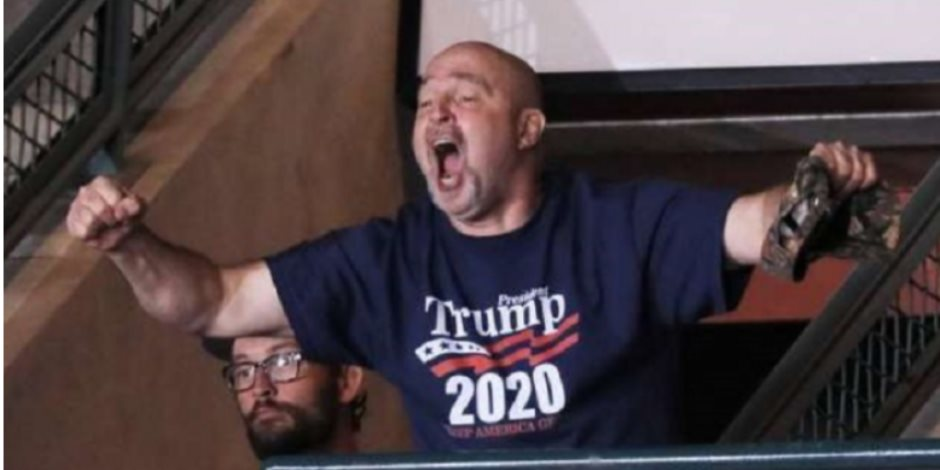 لوح بقبضته أمام الرئيس الأمريكي.. مفاجأة «سخرية ترامب من وزن رجل»