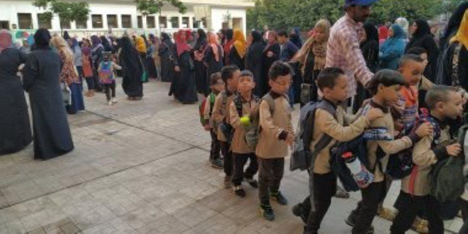 دقوا الجرس وافتحوا الكراريس.. المدارس تستقبل رياض الأطفال والصفوف الأولى (صور)