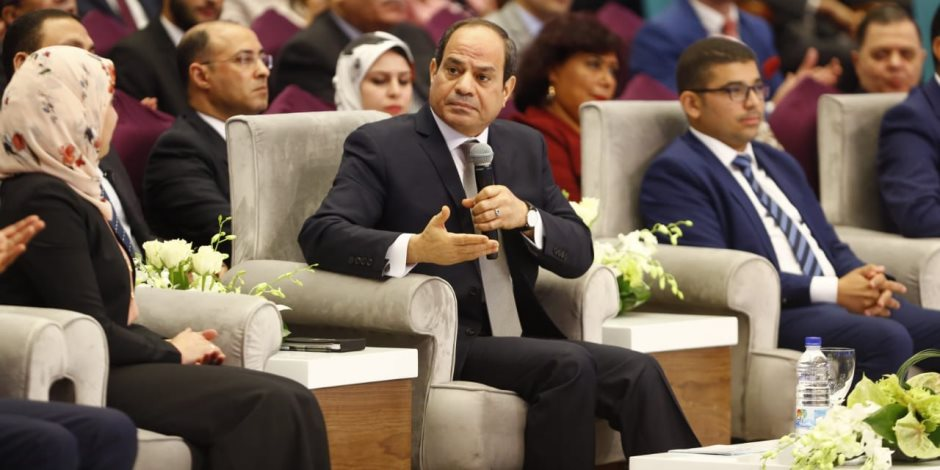 فيديو يشعل الفيس بوك.. شاب مصري يواجه السيسي بأفعاله بعد مؤتمر الشباب