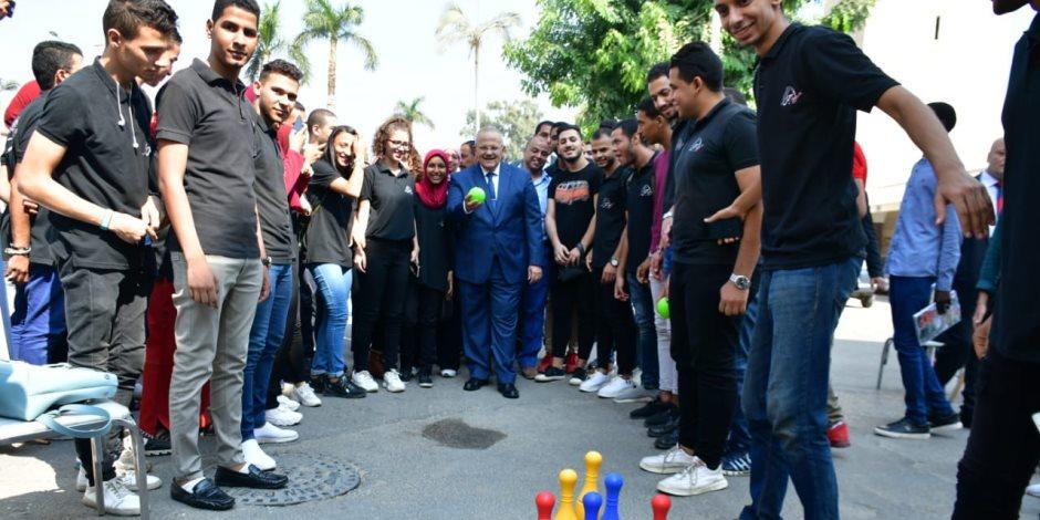 """نشن كويس يا دكتور.. رئيس جامعة القاهرة ينافس الطلاب فى لعبة """"البولينج"""" أول يوم دراسة"""