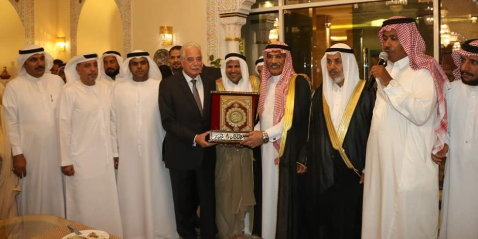 رؤساء الوفود العربية واتحاد القبائل بمهرجان الهجن الدولي يكرمون محافظ جنوب سيناء (صور)