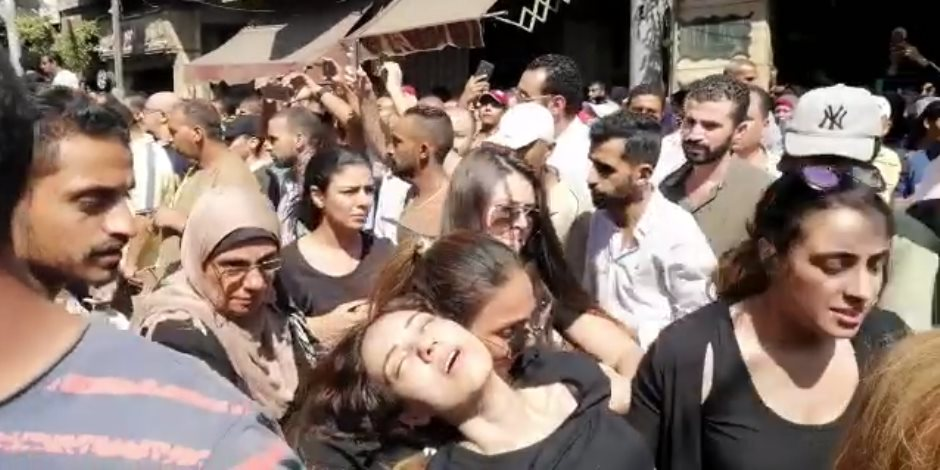 إغماء إيمى طلعت زكريا في تشييع جثمان والدها بالإسكندرية (فيديو)