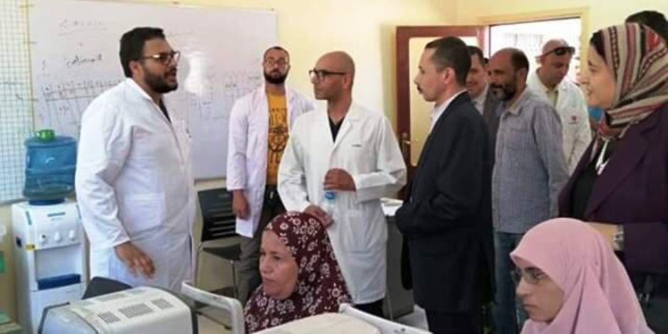 """""""الوادى الجديد"""" تهدى مستشفى سعاد كفافى درع المحافظة فى ختام القافلة الطبية للمستشفى"""