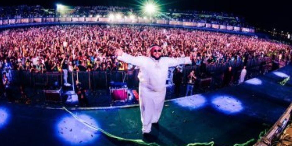 بالعباية والعقال السعودي.. دى جى كارنيج يخطف الأنظار في موسم الرياض (فيديو)
