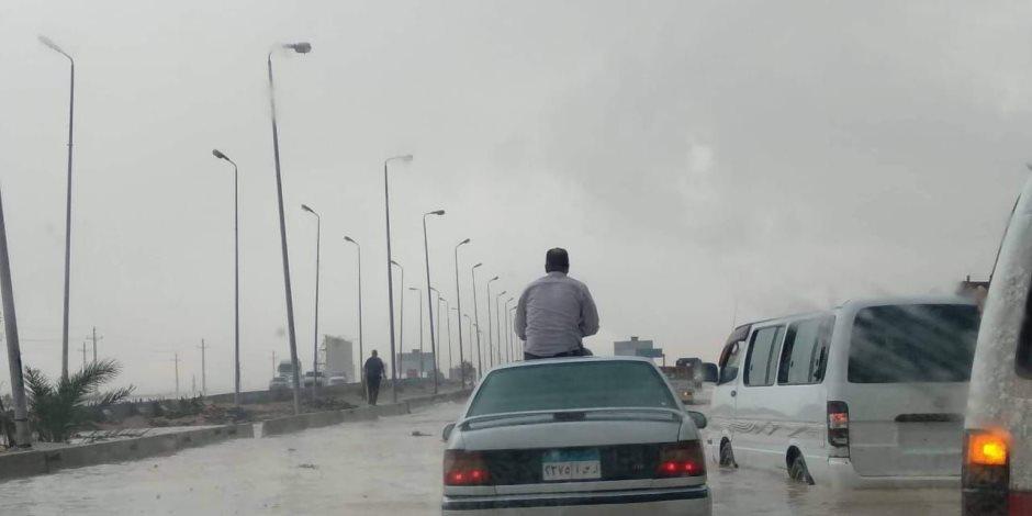 السيارات تعوم فى مياه الأمطار بشارع رمسيس اتجاه وسط البلد.. صور