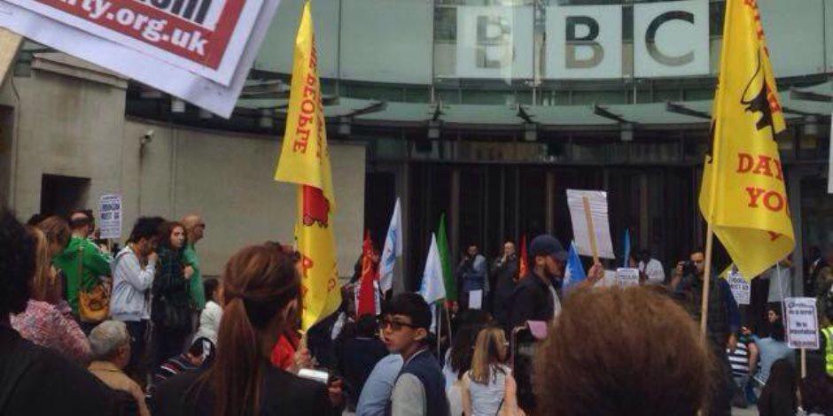 """مظاهرات أمام مقر الـ""""BBC"""" لرفض سياسة القناة التحريضية ودعمها للإرهاب"""