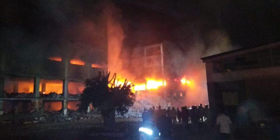 الدفع  بسيارات إطفاء من الدقهلية والمنوفية للسيطرة على حريق مصنع القليوبية (صور)