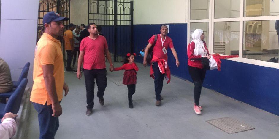 مباراة مصر ومالي.. توزيع أدوات التشجيع على الجماهير بإستاد القاهرة (صور)