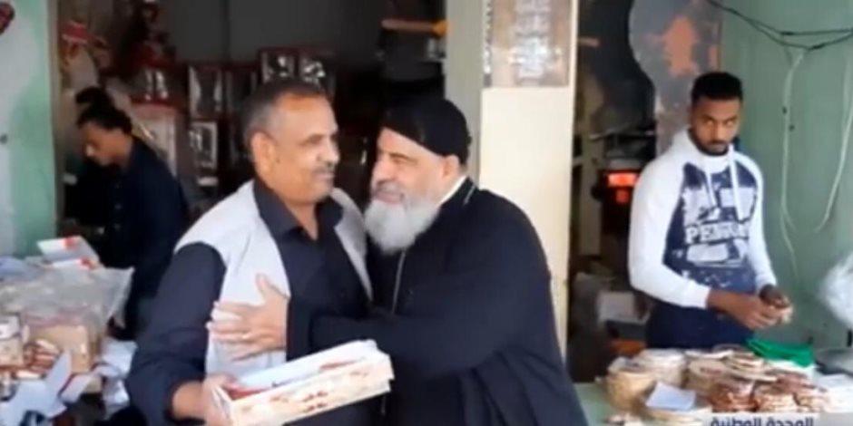 """""""لا جديد.. مصر المحبة"""".. راعي كنيسة يوزع حلوى المولد على المواطنين (صور)"""