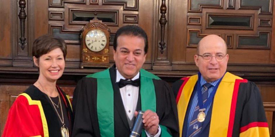 الكلية الملكية للأطباء والجراحين بجلاسجو تمنح وزير التعليم العالى زمالة فخرية