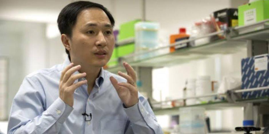 الجارديان تبرز الحكم بسجن 3 علماء صينيين لتعديلهم جينات طفلتين