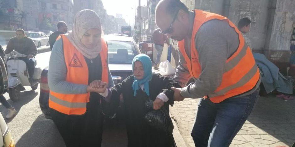 التدخل السريع ينقذ مسنة تعيش على رصيف مترو باب الشعرية منذ 4 سنوات
