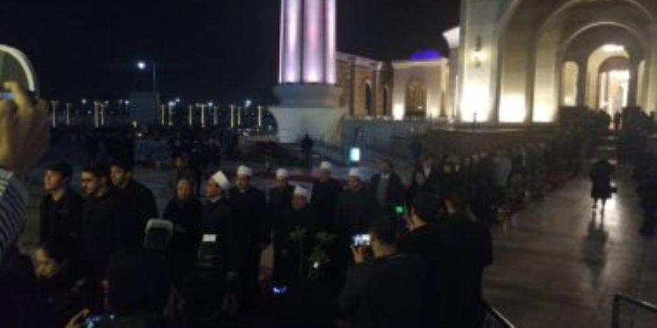 صور.. رئيس الحكومة وعدد من الوزراء والفنانين يقدمون العزاء فى نجل مايا مرسى