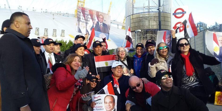 محمد فؤاد يغنى للجالية المصرية فى لندن أمام مقر انعقاد قمة الاستثمار البريطانية الأفريقية (صور)