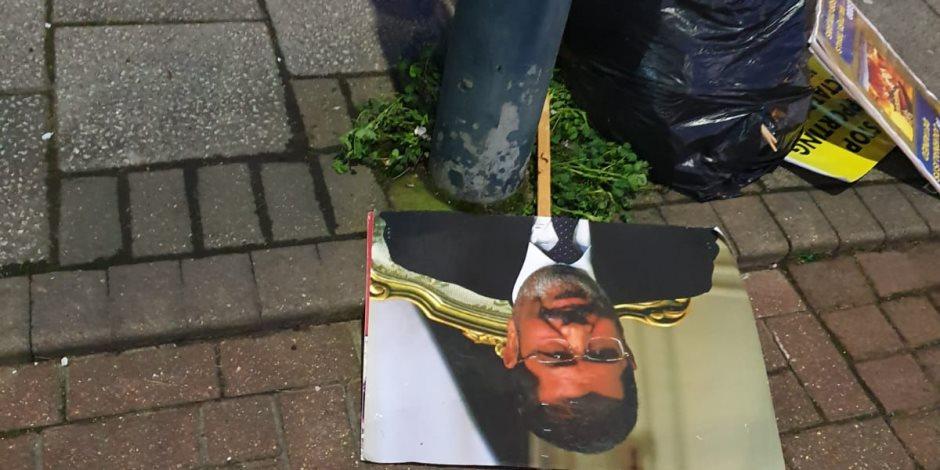 المصريون علموهم الصح.. اختفى الإخوان من شوارع لندن فظهرت لافتاتهم بالقمامة (صور)