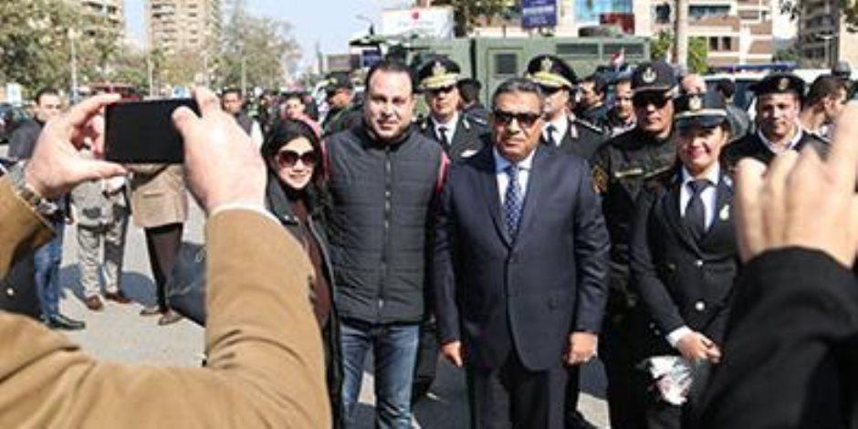 عيد الشرطة.. أهالي الجيزة يلتقطون الصور التذكارية مع مدير الأمن  والضباط (صور)