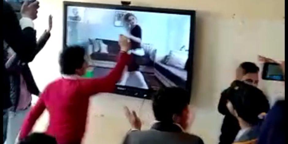 بعد إخلاء سبيله.. ماذا قال مدير مدرسة فيديو الرقص على السبورة؟