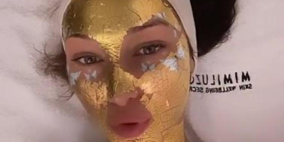 شاهد. بيلا حديد بماسك من الذهب عيار 24