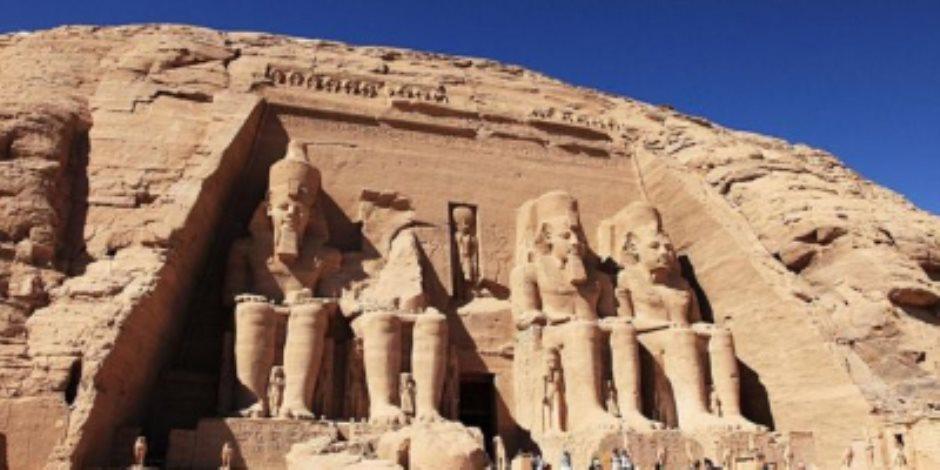 """سائحون بالآلاف وجهود تنظيمية.. أنظار العالم تتجه إلى معبد أبو سمبل لمتابعة """"تعامد الشمس"""""""