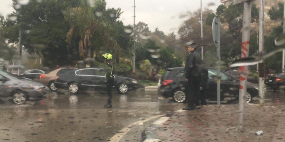 رجال صدقوا .... رجال الشرطة ينتشرون بكثافة فى الشوارع لتسهيل الحركة المرورية عقب الأمطار  (صور)