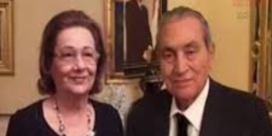 سوزان مبارك تدخل في نوبة بكاء بجوار جثمان زوجها