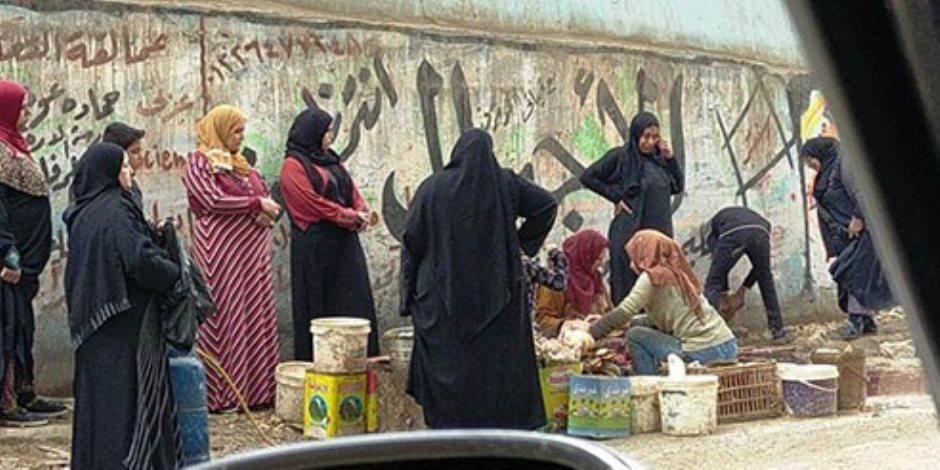 كارثة بيئية.. باعة يفترشون ميادين المحلة لبيع الدواجن ويتخلصون من مخلفاتها بالشوارع (صور)