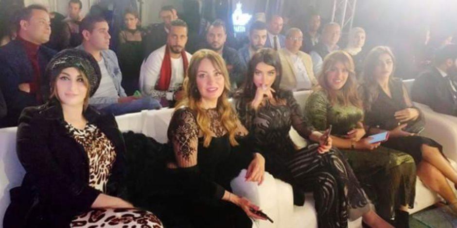 علي رأسهم وفاء عامر ....نجوم الفن يتحدون قرار الحكومة بحظر التجمعات بحضور عرض أزياء.