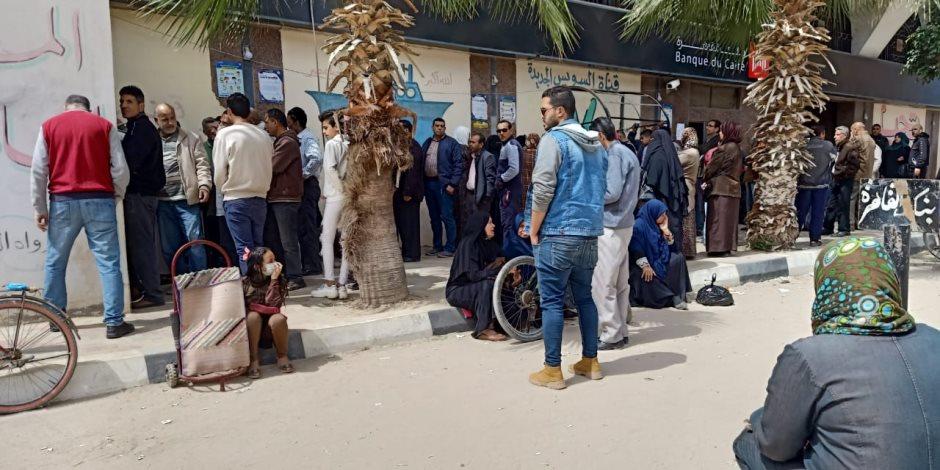 رغم التحذيرات ..زحام شديد أمام ماكينات الصرافة بشمال سيناء (صور)