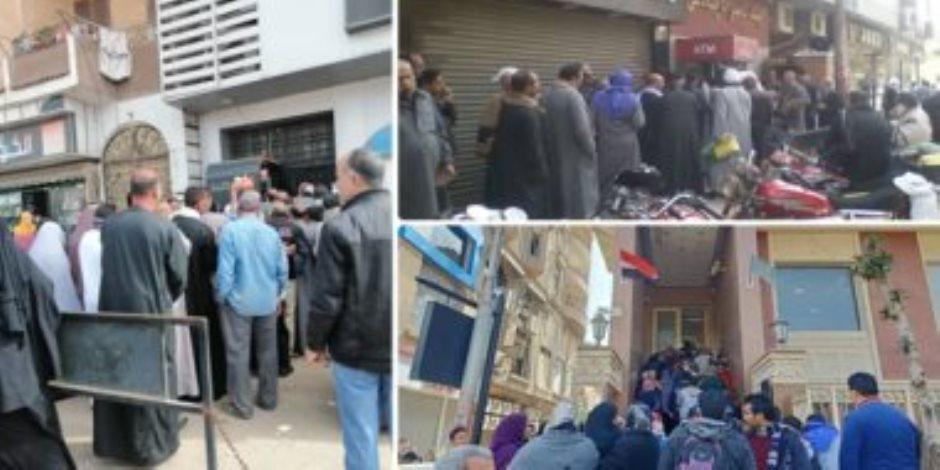 رغم التحذيرات.. تكدسات للمواطنين أمام البنوك ومكاتب البريد (صور)