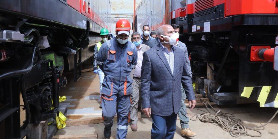 صور.. وزير النقل يشهد وصول 20 جرار سكة حديد جديد قادمة من أمريكا