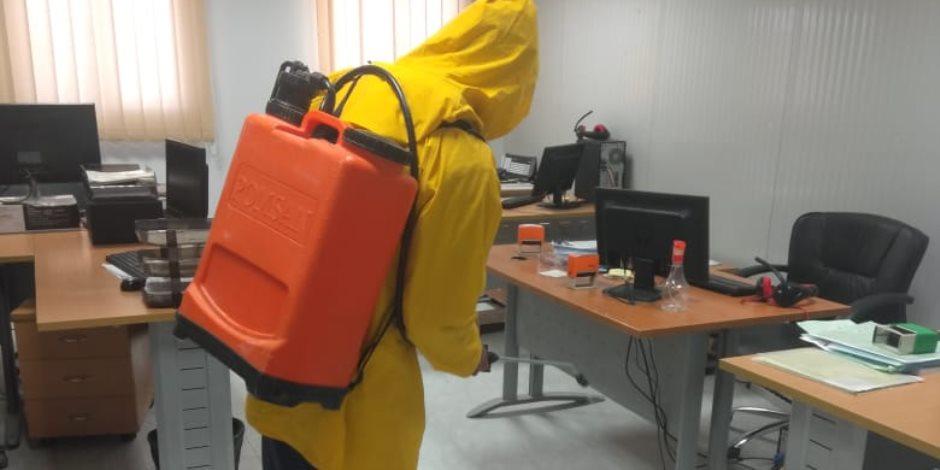 فرق لتطهير وتعقيم مواقع المشروعات بالعلمين الجديدة ضد فيروس كورونا
